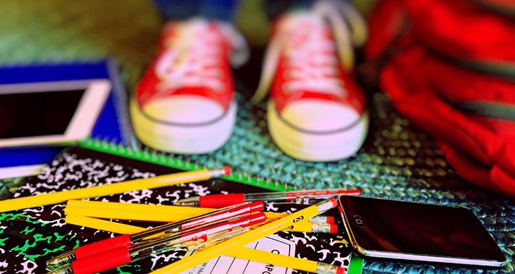 Lo que se aprende en las aulas sirve en la vida real - Móvil, cuadernos, zapatillas