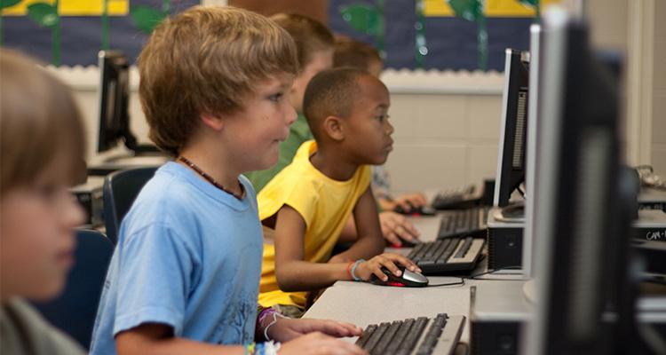 Qué es la educación no formal - Clase con ordenadores