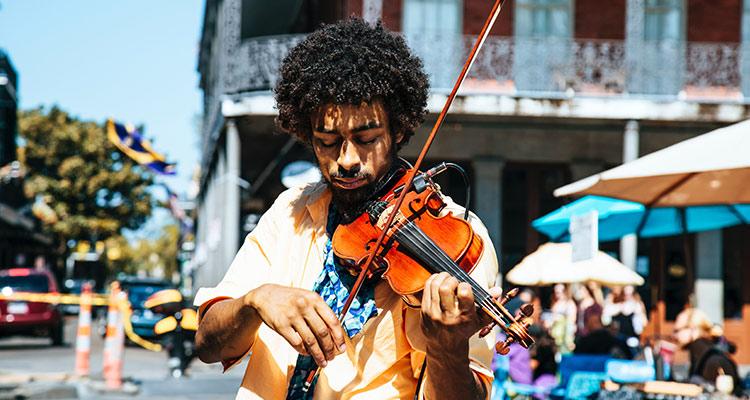 Intercambios culturales para acabar con el racismo y los prejuicios - Violinista
